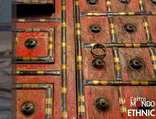 Mobile in legno antico con borchie